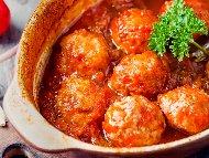 Рецепта Кюфтета яхния с телешка кайма с много лук, ориз и доматено пюре в гювеч на фурна
